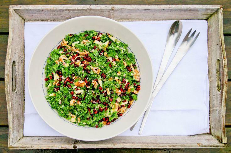 Denne salat er en fryd for øjet og for ganen. Med sin friskhed fra citron og æble samt denssmukke, grønne farve passer den super godt som makker til en rødkålsalat til flæskesteg, and og medister....