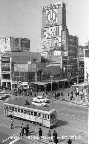 靖国通り 都電新宿駅前