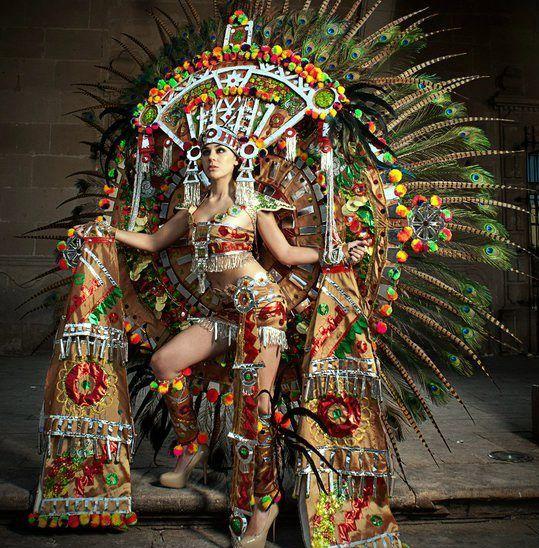 Miss Universo México, Karina González con un traje Azteca.