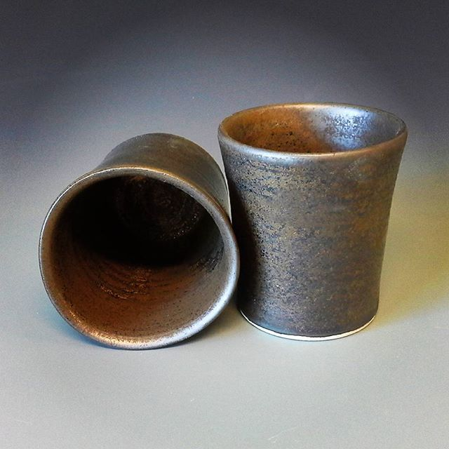 Porcelaine tumblers with dark gold glaze