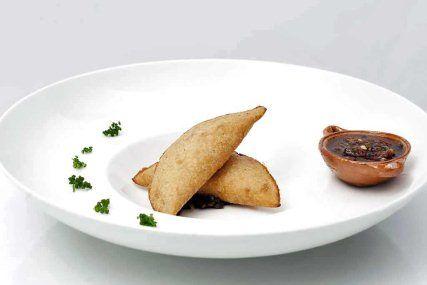 Empanadita de requesón y huazontle con salsa molcajeteada