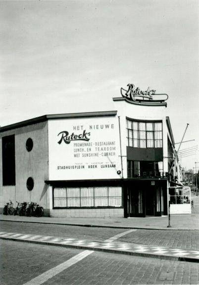 Rotterdam - Rochussenstraat, café/restaurant Ruteck's. Op pand de aankondiging van de komende verhuizing naar Stadhuispein/Lijnbaan.