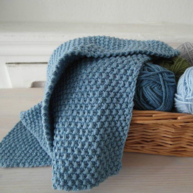 Eerste vaatdoek in gerstekorrel (of bubbelsteek zoals mijn man dat noemt) is af  maar voorlopig nog niet gebruikt... Fijne dag!  #dishcloth #denim #dropsparis #knittersofinstagram #knitter #breienisleuk #breien #katoen #vaatdoek #bypicotentricot