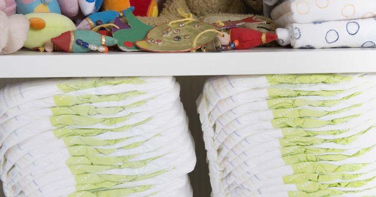 Objetos feitos com fraldas para um chá de bebê. Caso você tenha um chá de bebê para ir, é possível criar presentes feitos à mão ou decorações para o chá usando um pacote de fraldas descartáveis como brinquedos e itens para o bebê, assim como algumas outras coisas fáceis de se fazer. Os projetos que usam fraldas não são apenas decorativos; os pais do bebê vão adorar ter todas essas fraldas ...