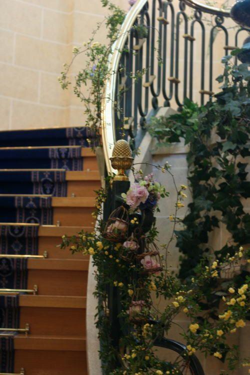 シェ松尾天王洲倶楽部様の装花 階段 モッコウバラとトリカゴ