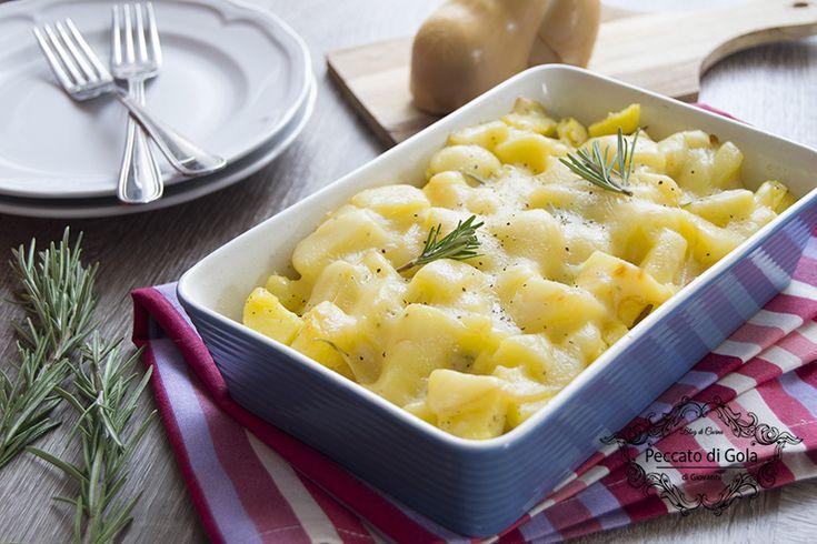 Una deliziosa teglia di patate e scamorza, un secondo vegetariano molto semplice da preparare, dai sapori rustici ed intensi. Perfetta anche come contorno!