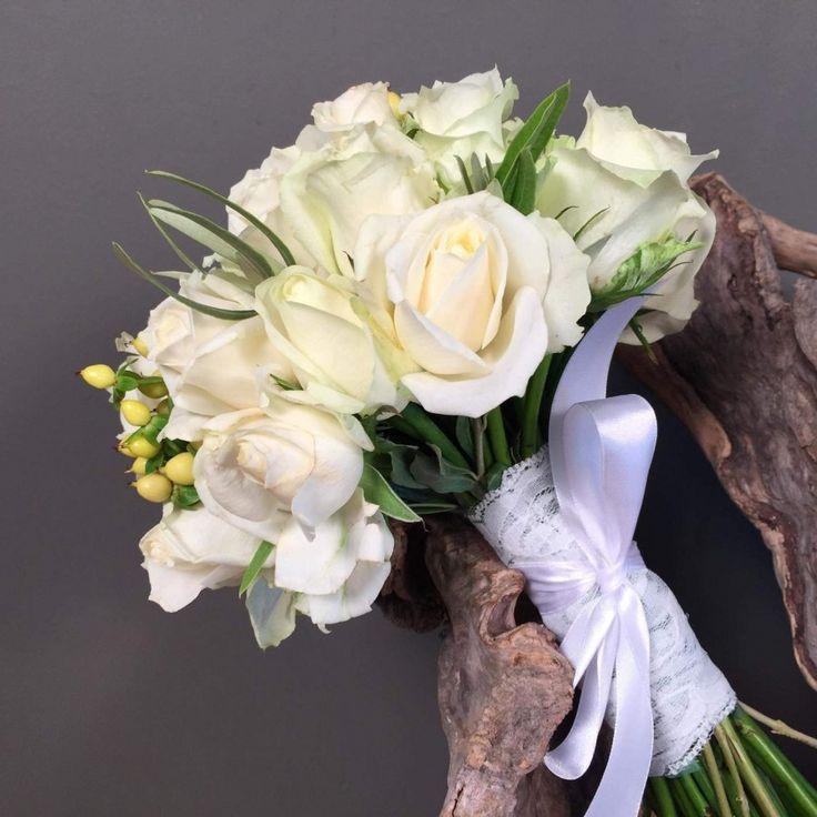 Νυφικό Μπουκέτο Ανθοδέσμη Λευκά Τριαντάφυλλα Μπεζ Υπέρικουμ Λουλούδια Γάμος Ανθοπωλείο