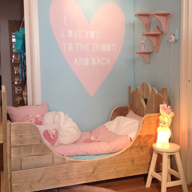 I love you to the moon and back #Saartjeprum  Leuk idee voor een lege muur; #muurschildering met sjabloon