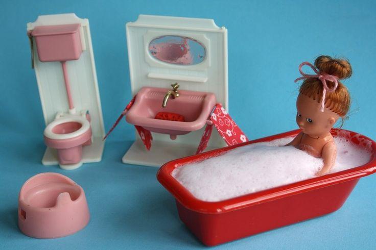 Alte Badezimmermöbel für das Puppenhaus von Alles im Wunderland auf DaWanda.com