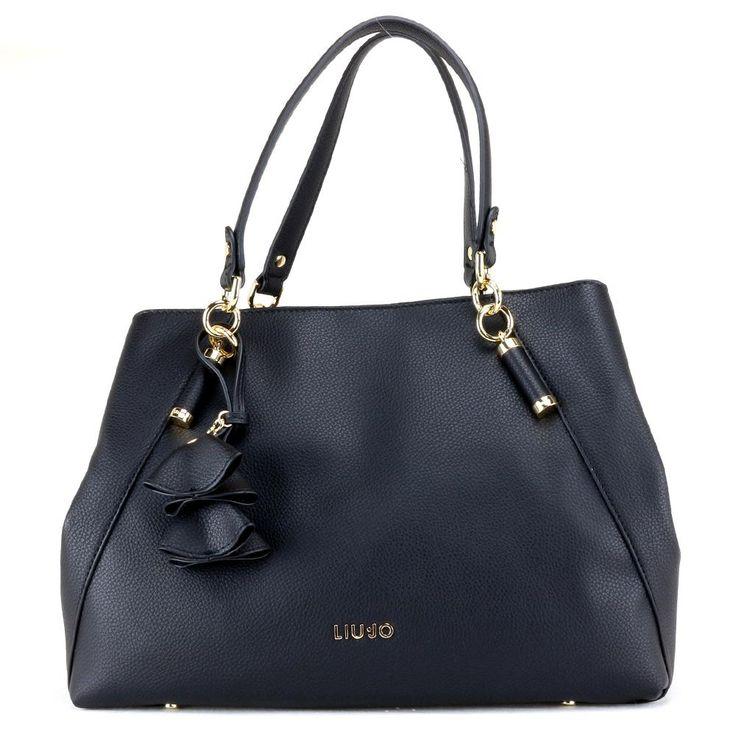 Shopping donna realizzata in ecopelle. All'interno tasche per riporre piccoli oggetti. La borsa viene venduta con panno proteggi polvere originale.