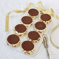 Läckra glassbakelser med krokant och Noblesseplattor.