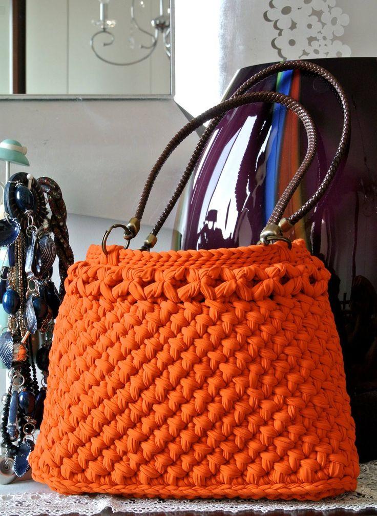 7- Crochet bag in fettuccia di alcantara arancione, manico in plastica effetto treccia, fodera marrone di cotone con tasca