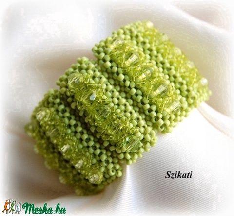Elegáns zöld gyöngyfűzött karkötő (szikati) - Meska.hu