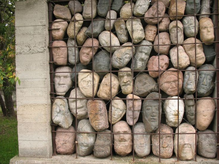 Номер фотографии в базе 2020 : Стена памяти жертв сталинских репрессий : г. Москва, парк искусств «Музеон» возле Центрального Дома художников : фотограф Г. Атмашкина