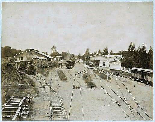 Emplasemen dan peron Stasiun Soerabaja SS yang pertama. Lokomotif uap seri SS200(penomoran jaman DKA: B50) saat itu merajai jalur-jalur kereta api pertama SS.(source: KITLV) tahun ca 1890 Saved from https://sepurwagen.wordpress.com/author/jerespoor/page/2/
