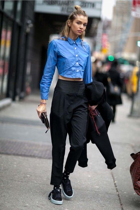 クロップド丈のハリのあるシャツに、サルエル風シルエットのハイウエストパンツで絶妙な肌見せコーデ! ハイウエストスカート・パンツ スタイル ファッション コーデ♪