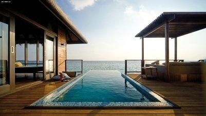 Maldive ATOLLO MALE' NORD e Island Villas si presentano come un grande ambiente aperto che comprende una spaziosa camera da letto, uno spogliatoio, un bagno con al centro la vasca affacciata sull'oceano, due docce (interna ed esterna). All'esterno, un patio privato custodisce una piscina, una zona per il relax e una terrazza di legno, attrezzata come salotto e area per mangiare.