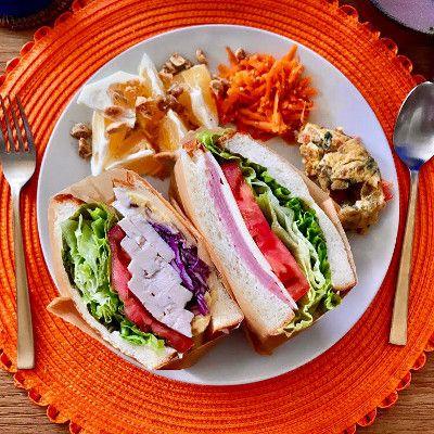 ハムレタスチーズトマトのサンドイッチ  自家製鶏ハムとさつまいもサラダ、レタストマト紫キャベツのサンドイッチ  野菜たっぷりのチーズオムレツ  キャロットラペ  日向夏のソルトシュガーナッツ和え