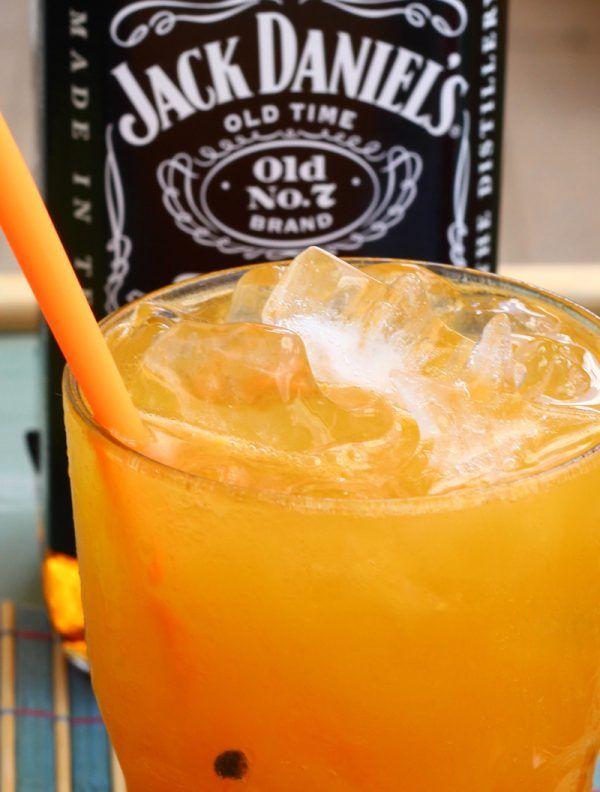 Procurando um drink super refrescante para esse calor escaldante que faz todo verão? Então você achou. Maracujáck é um drink com whisky e maracujá que vai deixar o seu verão fresquinho!