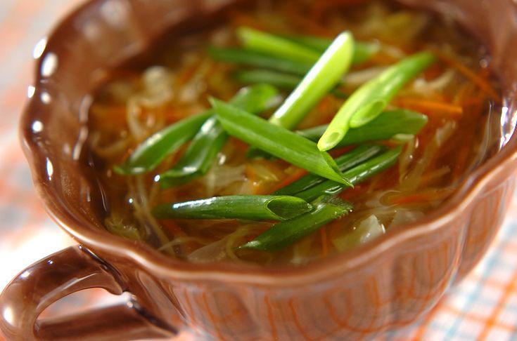 キャベツとニンジンがたっぷり入った、食物繊維が豊富なスープ。コンソメスープ[洋食/シチュー・スープ]2012.03.12公開のレシピです。
