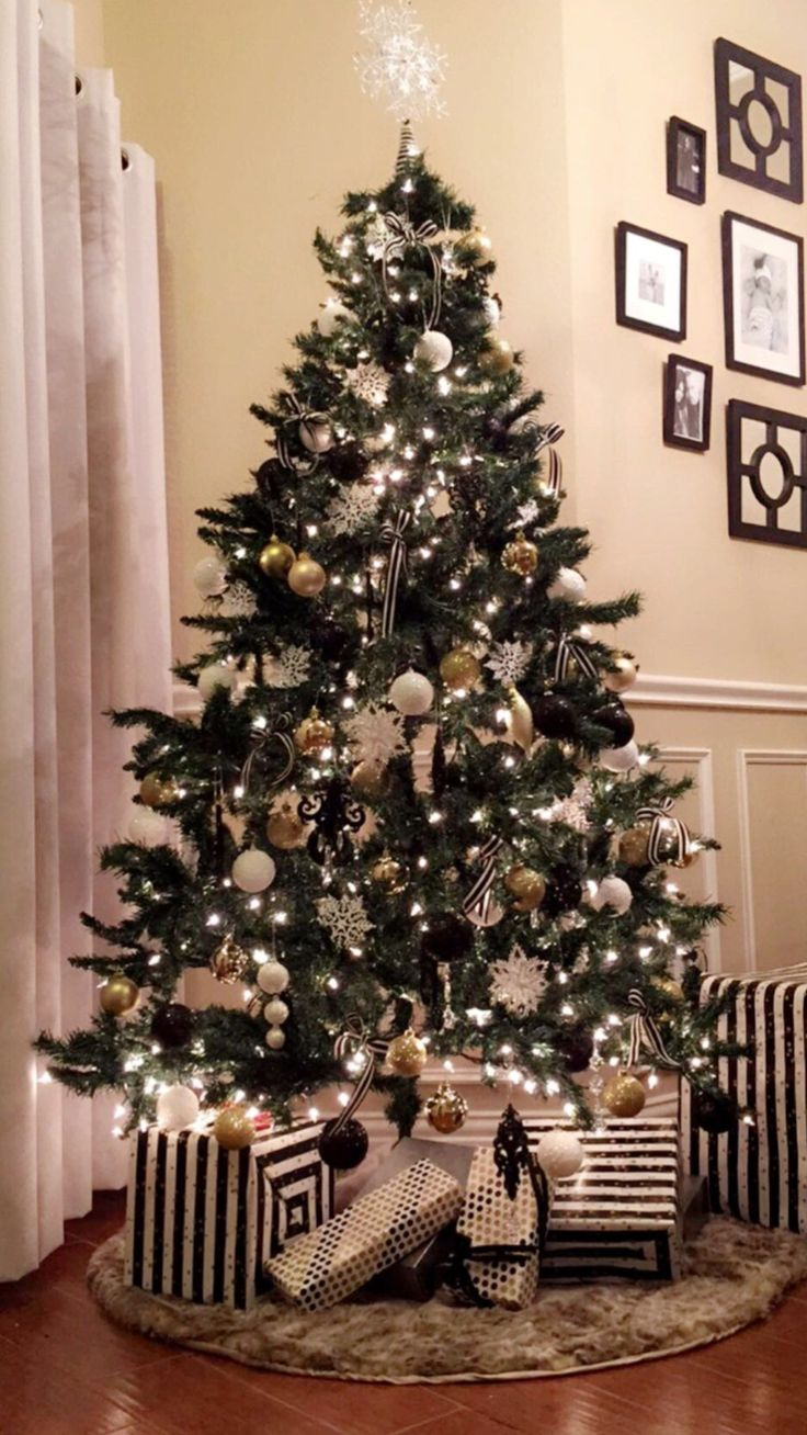 Classy Black And Gold Christmas Decor Ideas 19   Gold ...