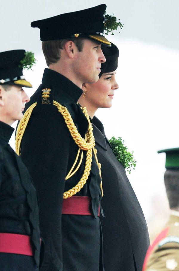 Catherine, que se encuentra en su octavo mes de embarazo, ha asistido al servicio militar del Día de San Patricio junto a su marido, el príncipe Guillermo