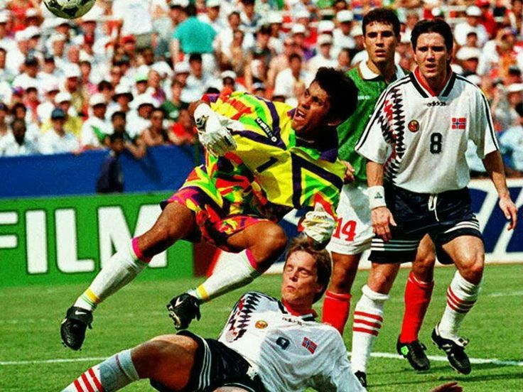 Norway 1 Mexico 0 in 1994 in New Jersey. A colourful Jorge Campos comes out to clear in Group E #WorldCupFinals