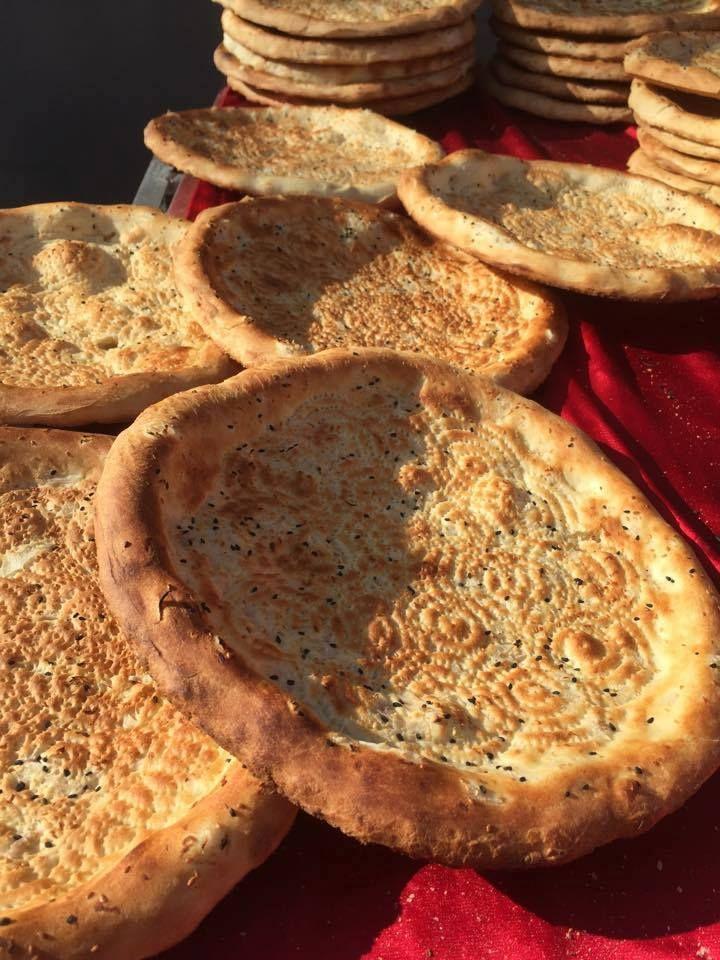 """Kayseri'de yaşayan Uygur Türkleri geleneksel ekmekleri """"tokaç""""ı pişirirken Fotoğraf: Seyit Abdulkadir Tümtürk"""