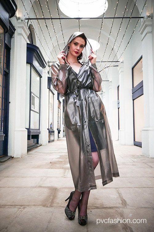 traditioneller langer PVC Regenmantel in transparent schwarz zu haben bei http://www.kemo-cyberfashion.de seit 22 Jahren Onlineshop für Regenmode und Streetwear Fashion in München