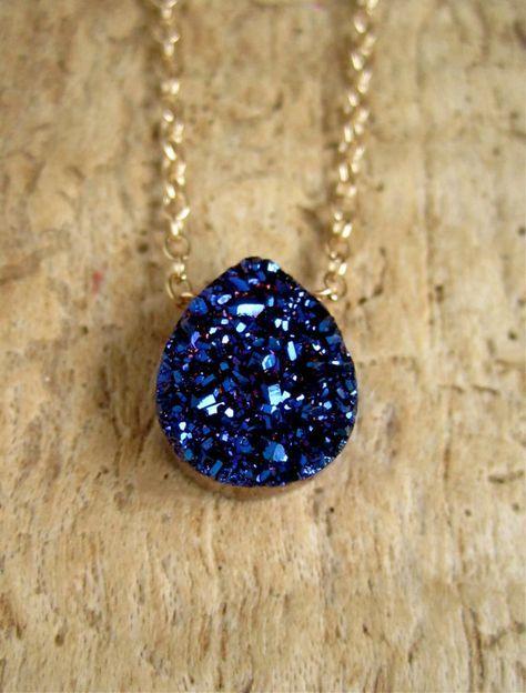 Druzy titanium azul intenso toma protagonismo a lo largo de una delicada cadena de oro cable llenado de 14 K. ⚬Druzy color: azul ⚬Stone tamaño: 10 x 12 mm (3/8 de ancho y 1/2 alto) ⚬Metal: relleno de oro 14K, plata esterlina o relleno de oro rosa 14K ⚬Choose su longitud, hasta 20
