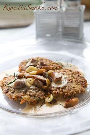 Placki z kaszy gryczanej 100 g kaszy gryczanej (1 woreczek) 1 bulion grzybowy w kostce (opcjonalnie) 5 czubatych łyżek tartego Parmezanu 1 jajko sól i świeżo zmielony czarny pieprz olej do smażenia