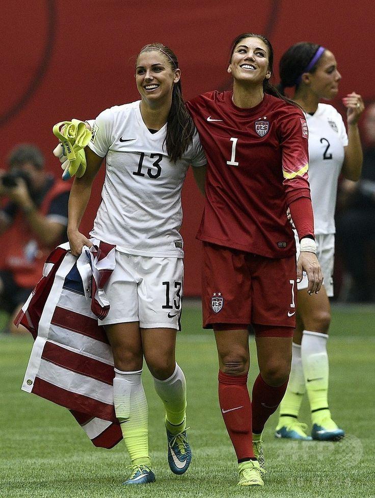 女子サッカーW杯カナダ大会・決勝、米国対日本。試合に勝利し喜びを分かち合う米国のアレックス・モーガンとホープ・ソロ(2015年7月5日撮影)。(c)AFP/FRANCK FIFE ▼6Jul2015AFP 米国が通算3度目の女子W杯制覇!なでしこ連覇ならず http://www.afpbb.com/articles/-/3052325 #2015_FIFA_Womens_World_Cup #Final_United_States_vs_Japan #Alex_Morgan #Hope_Solo