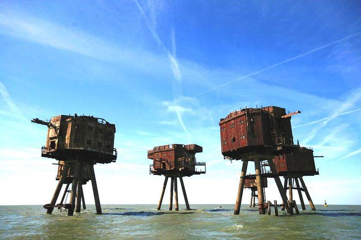 Los fuertes Mar Maunsell se erigieron cerca de los ríos Támesis y Mersey en Gran Bretaña para ayudar a defender contra el potencial aéreo alemán o incursiones navales durante la Segunda Guerra Mundial. Después de ser dado de baja en 1950, que han sido habitadas por varios inquilinos nuevos, incluidos los operadores de radio pirata y por el Sealand, que pretende ser un estado soberano e independiente.