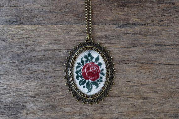 Κόκκινο τριαντάφυλλο σταυρό κολιέ βελονιά, σταυροβελονιά μενταγιόν, Κέντημα κοσμήματα, Σταυρός κοσμήματα βελονιά, μενταγιόν ύφασμα, Vintage στυλ κοσμήματα ορείχαλκο