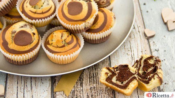 I muffin zebrati sono piccoli dolci monoporzione soffici e golosi: una vera delizia non solo per il palato, ma anche per gli occhi. Ideali a colazione o a merenda, i nostri muffin sono una variante della classica torta marmorizzata: alternando nel modo giusto l'impasto chiaro e quello scuro otterremo dei dolcetti bicolore, che ricordano pr