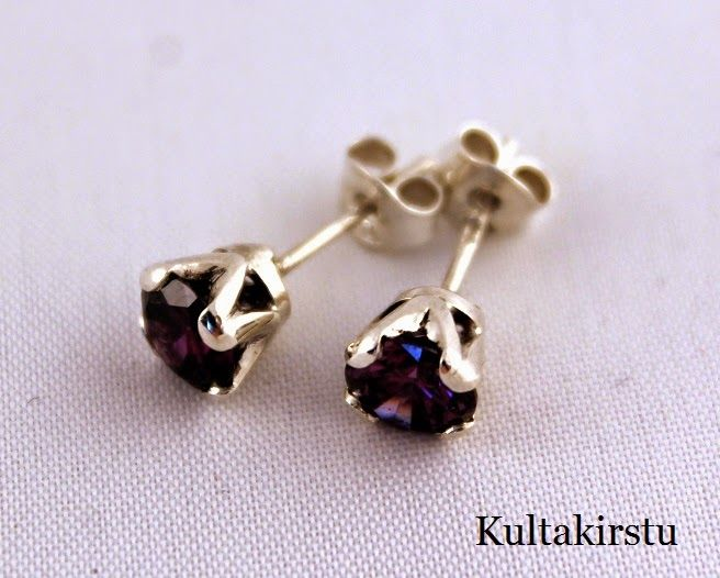 Kruunuistutus korvikset hopeasta cubic zirkonialla - Crown setting earrings from silver with cubic zirkonias