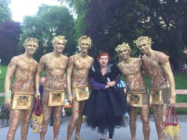 Lynn Yaeger with the Golden Boys of Münze Österreich before the Life Ball 2015 in Vienna.
