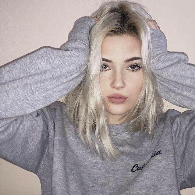 Iz Adli Kullanicinin Girl Panosundaki Pin Sarisinlar Sevimli Kisa Sac Tumblr Kizlari
