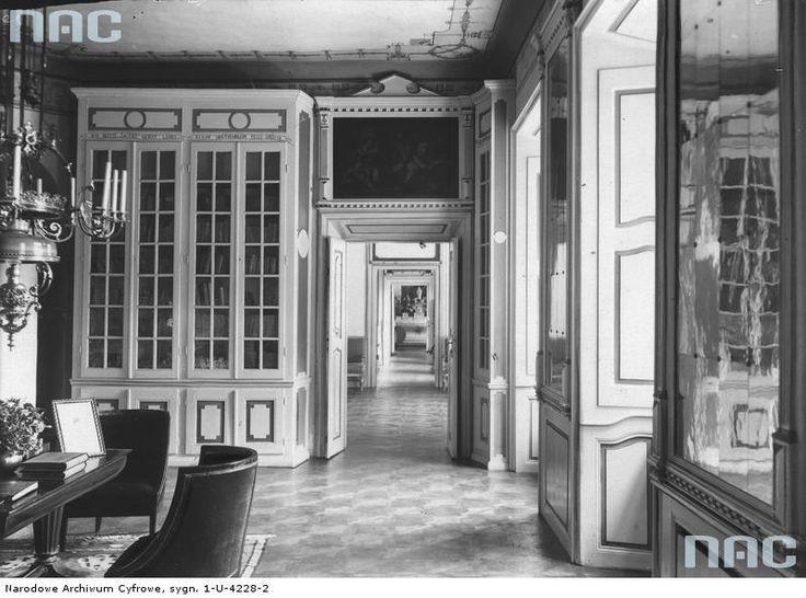 Tytuł tematu: Narol. Pałac Łosiów Opis obrazu: Fragment biblioteki pałacowej. Data wydarzenia: 1918 - 1935 Autor: Skórski Kazimierz