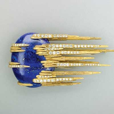 JEWELED GOLD COMET BROOCH, c. 1970, with oval lapis cabochon and textured gold and diamond trails