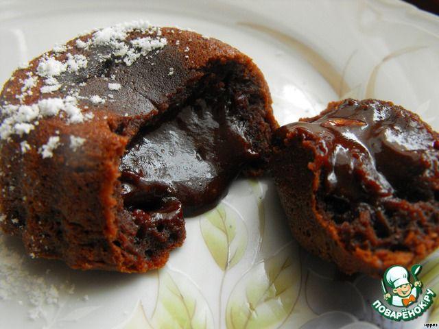"""Шоколадное горячее пирожное с жидкой начинкой"""": Шоколад темный — 40 г Масло сливочное — 40 г Яйцо куриное — 1 шт Сахар — 30 г Мука пшеничная — 1 ст. л. Коньяк (или бренди, по желанию )"""