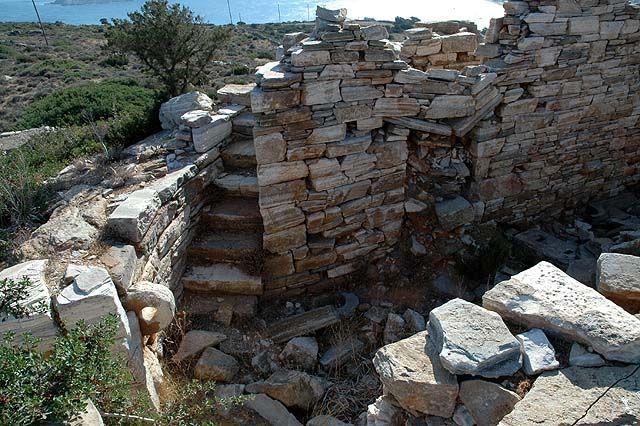 Παρόμιοι πύργοι όπως είναι Ασπρος Πύργος της Σίφνου άλλοτε κυκλικοί κι άλλοτε ορθογώνιοι, αφθονούν στο Αιγαίο. Στη Σίφνο, όπου έγινε μια αρκετά προσεκτική έρευνα, έχουν καταγραφεί πάνω από πενήντα, στην Κέα εβδομηντατρείς, και άλλοι έχουν εντοπιστεί στην Κύθνο, στη Σέριφο,…