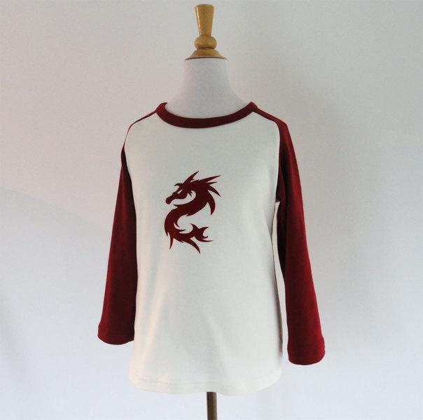 Stoere longsleeve met een opgestreken velourse rode draak. Ondanks het stoere uiterlijk een heel aaibare zacht aanvoelende applicatie.