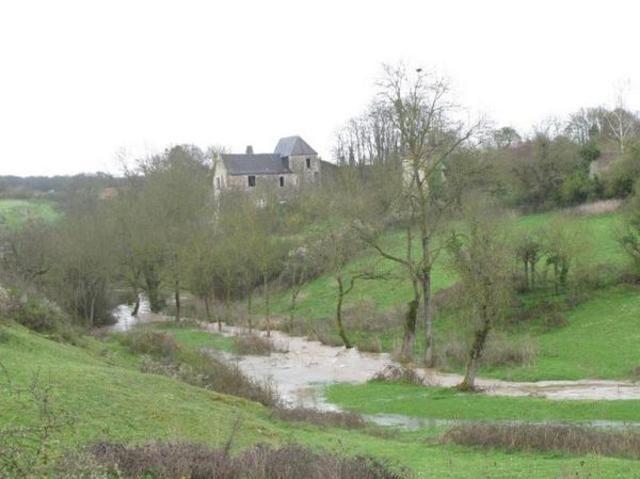 La rivière le Pressoir se jette dans le Thouet, près de Thouars. Sur son éperon, le château du Pressoir.- 2) LE PRESSOIR:.. seigneurie à ANNIBAL DE LA TREMOILLE, vicomte de Marsilly. Elle appartint ensuite successivement aux Marillet à partir de 1670, puis aux Fouchier au début du 18°s. Au début du 19°s, Le Pressoir était devenu propriété de M. Girault dont l'une des filles épousa M. Moquin, ancien lieutenant à la légion polonaise sous le premier Empire et lui apporta le domaine.