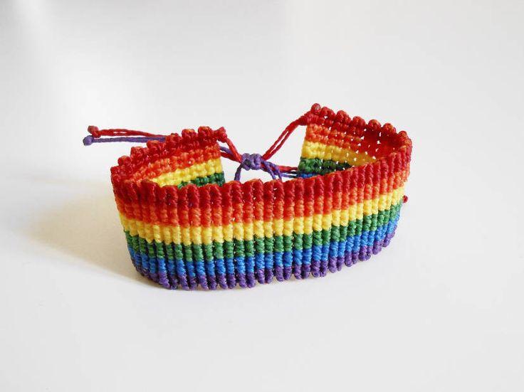 Pulsera de la amistad ancha macrame bandera gay - Pulsera unisex, orgullo gay, pulsera unisex - Brazalete playa multicolor étnico de CaiMonkeyCrafts en Etsy