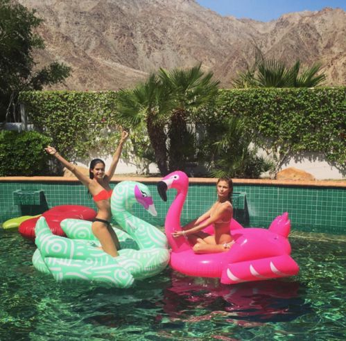 Constance jablonski et sara sampaio dans une piscine for Mannequin piscine