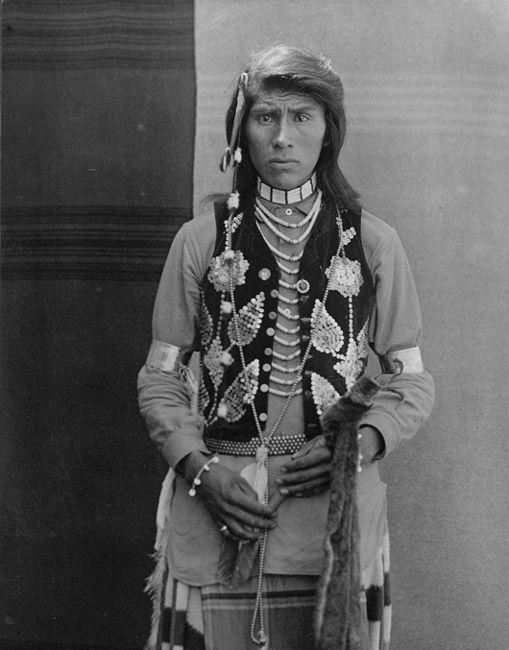 Portrait Nez Perce Nimiipu, Idaho - Name: Unknown - Photo by E.H. Latham, 1903.