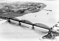 Luchtfoto Spoorbrug. K.L.M.-foto van spoorbrug over de Waal. Links boven het dorp Lent. ca. 1927. Fotocollectie Regionaal Archief Nijmegen
