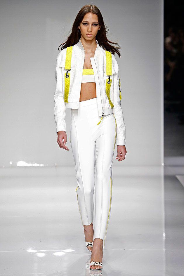 E o fitness chega à alta-costura via a viciada em academia Donatella Versace! Nessa primavera-verão 2016, ela traz elementos esportivos como decotes, cores e até equipamento de escalada pros looks da Atelier Versace.