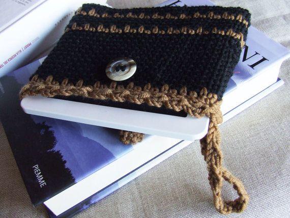 Custodia per e-reader realizzata a mano con la tecnica dell'uncinetto, in morbida lana Merino colori cammello e nero. By EmmaJewelsShop #italiasmartteam #etsy